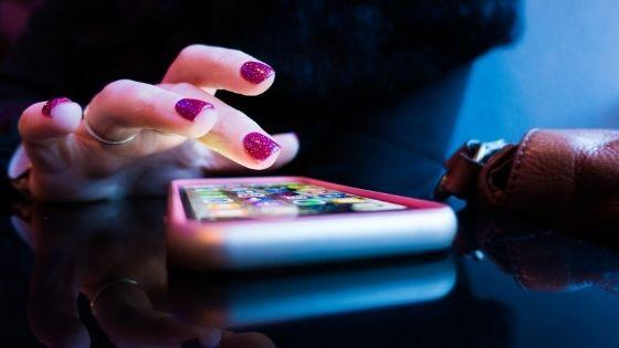 Imagem mostra uma mulher usando um dos melhores aplicativos para mães de primeira viagem